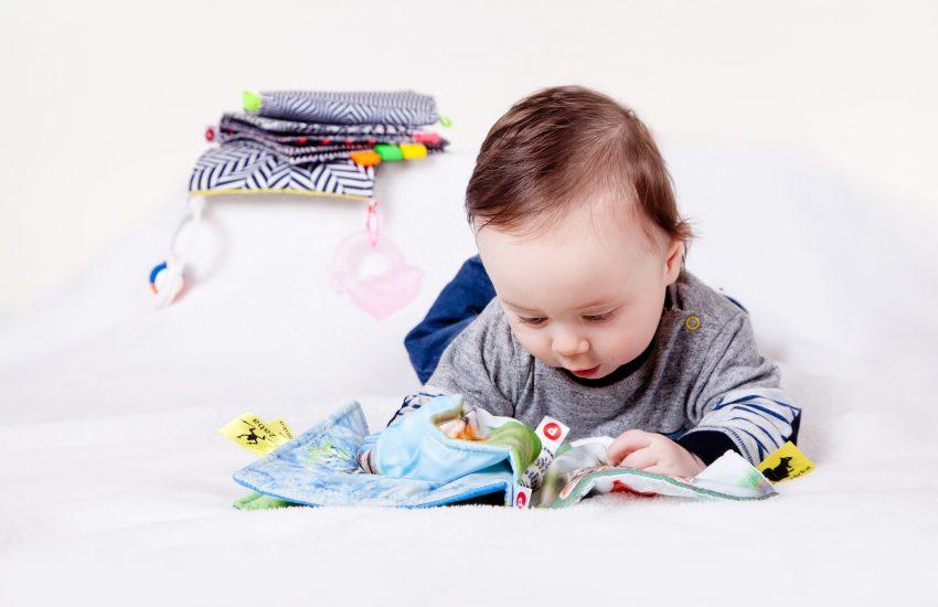 Bebé con libro de tela